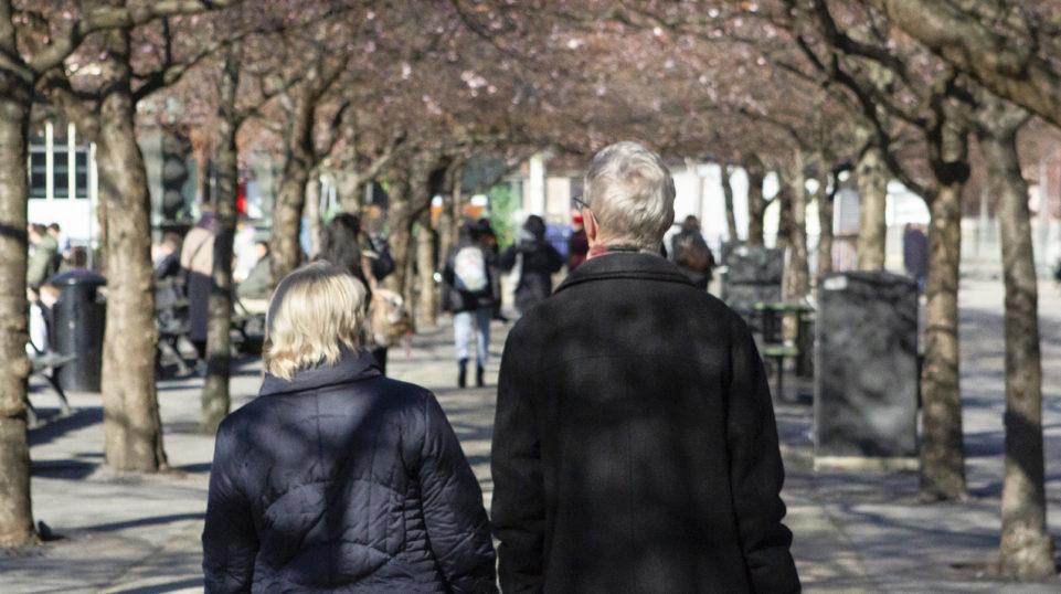 Ett äldre par i Kungsträdgården.