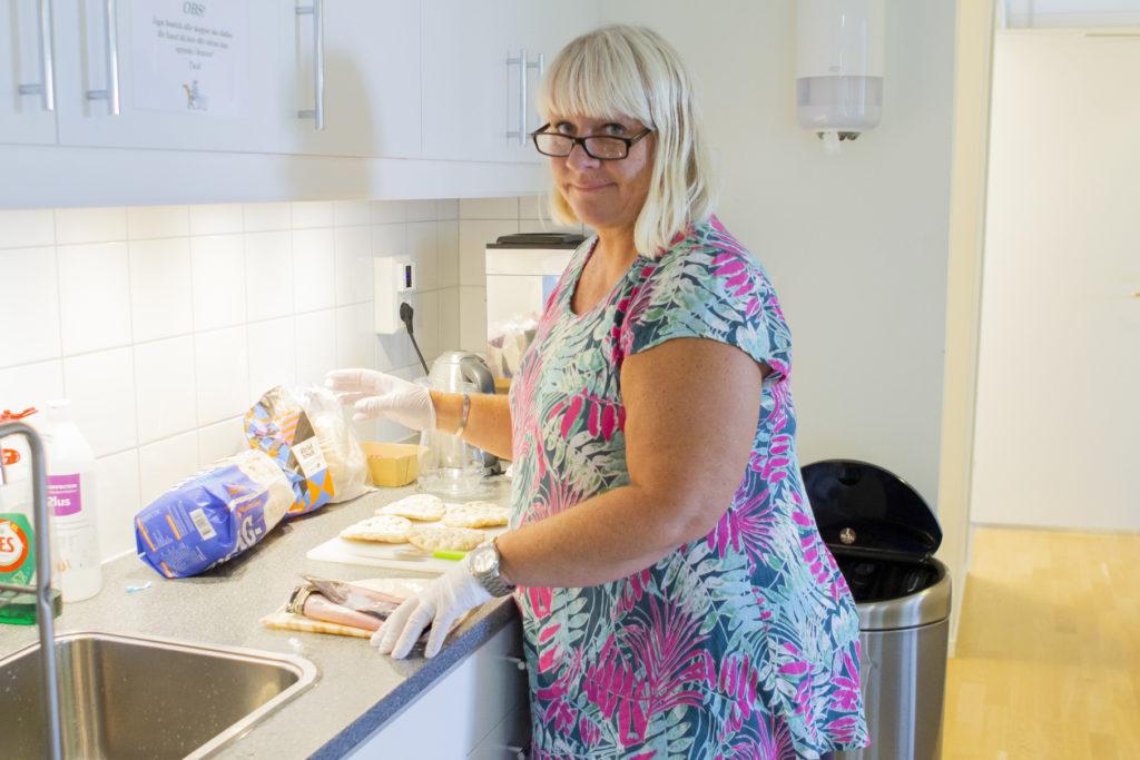 Sjuksköterska Cecilia Rahn brer smårgåsar